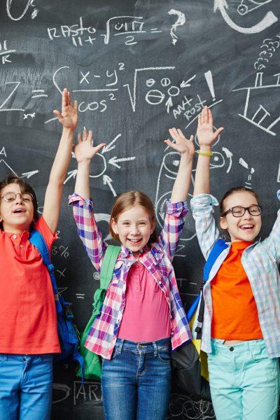 Alle Schüler heben die Hände hoch